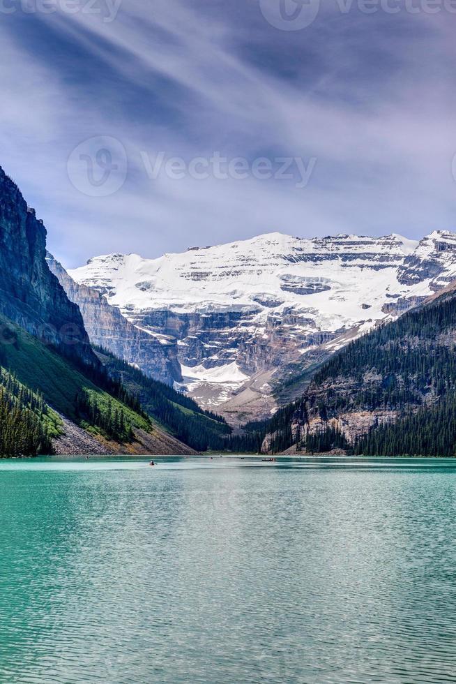 mt victoria på louise lake, alberta, canada foto