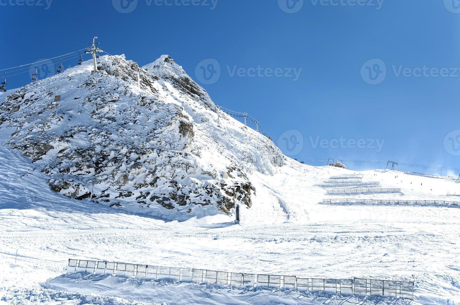skidliftar och snöstaket i österrikiska alper foto