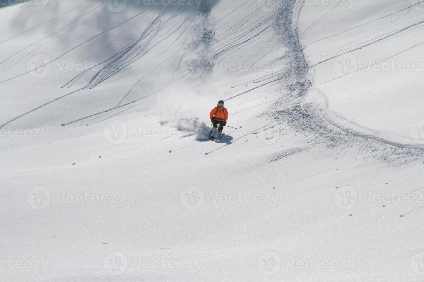 skidåkare i djupt pulver, extrem freeride foto