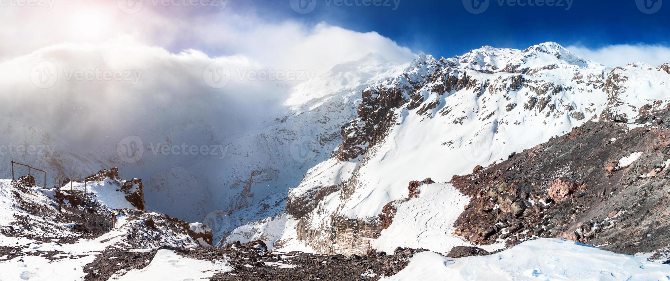 panorama över snötäckta berg foto