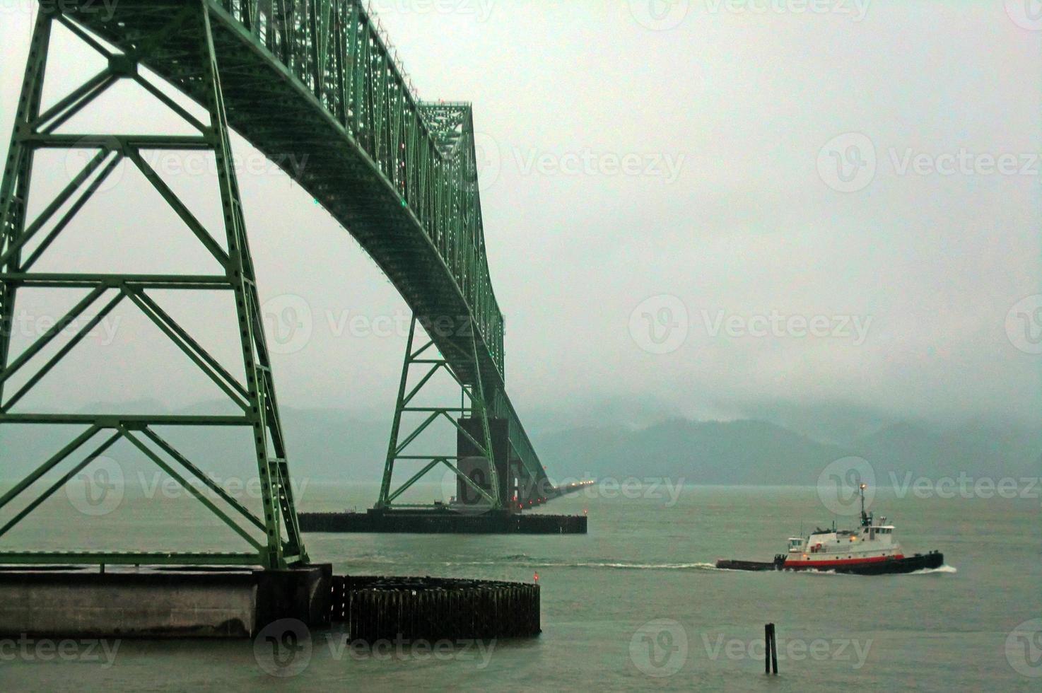 astoria-megler bridge och bogserbåt foto