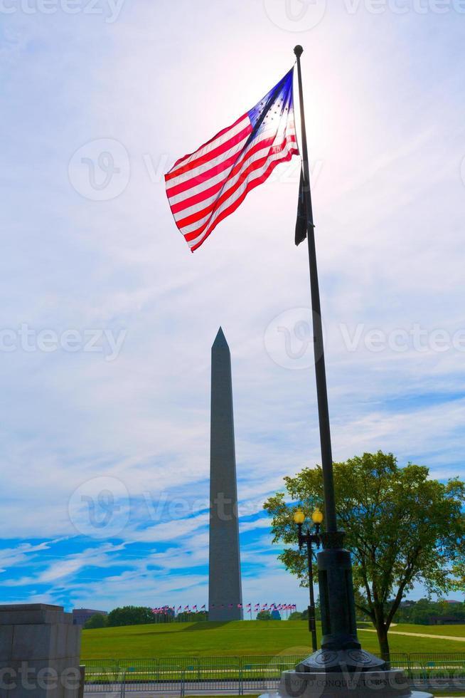 Washington monument och amerikanska flaggor foto