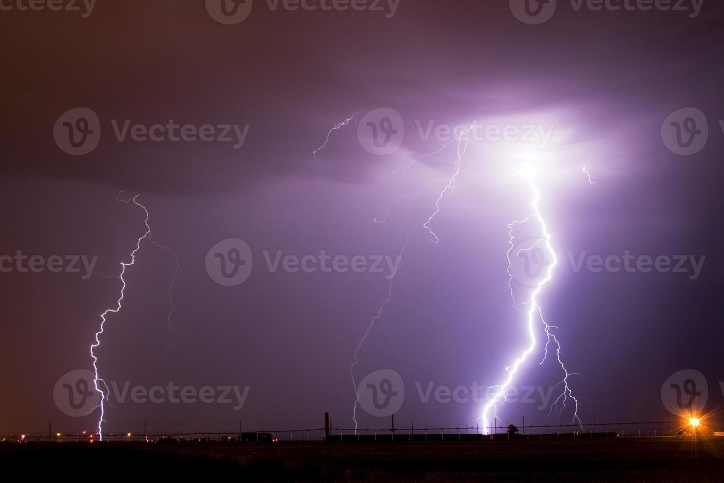 blixt över ett flygfält foto