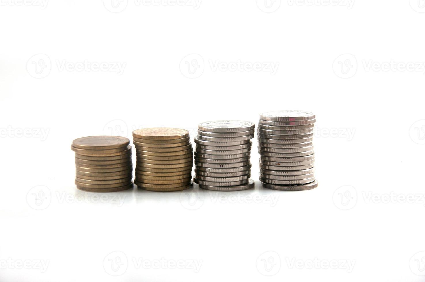 lager av thailändska baht-mynt, isolerade. foto