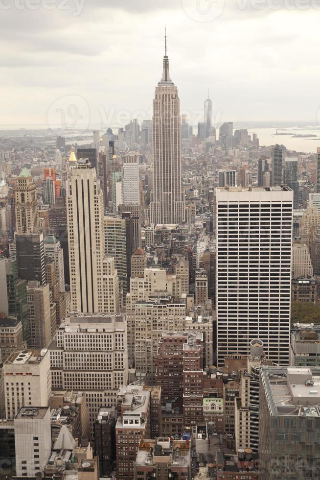 manhattan med empire state building i new york cit foto
