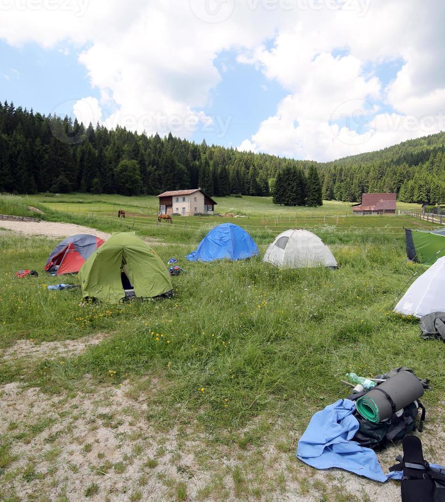 kuppeltält i bergen under en campingplats med pojkesporter foto