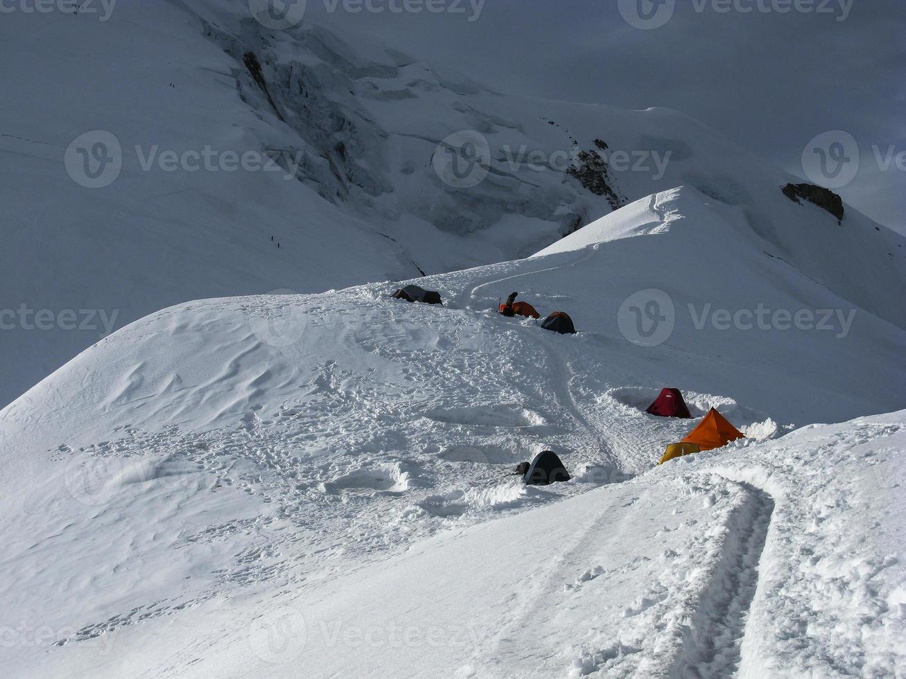 läger i höga berg foto