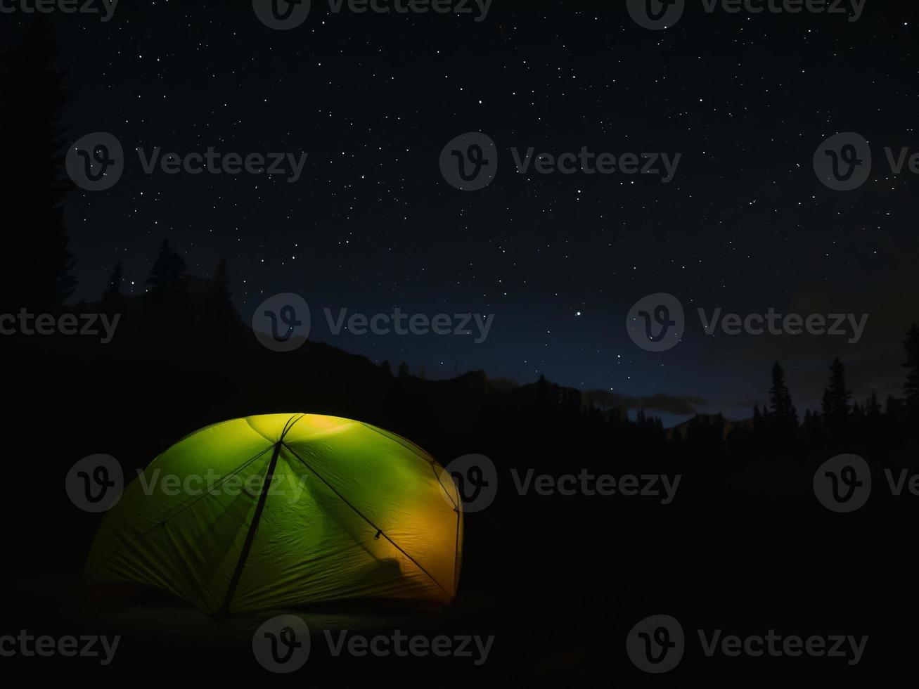 tält på en stjärnklar natt foto
