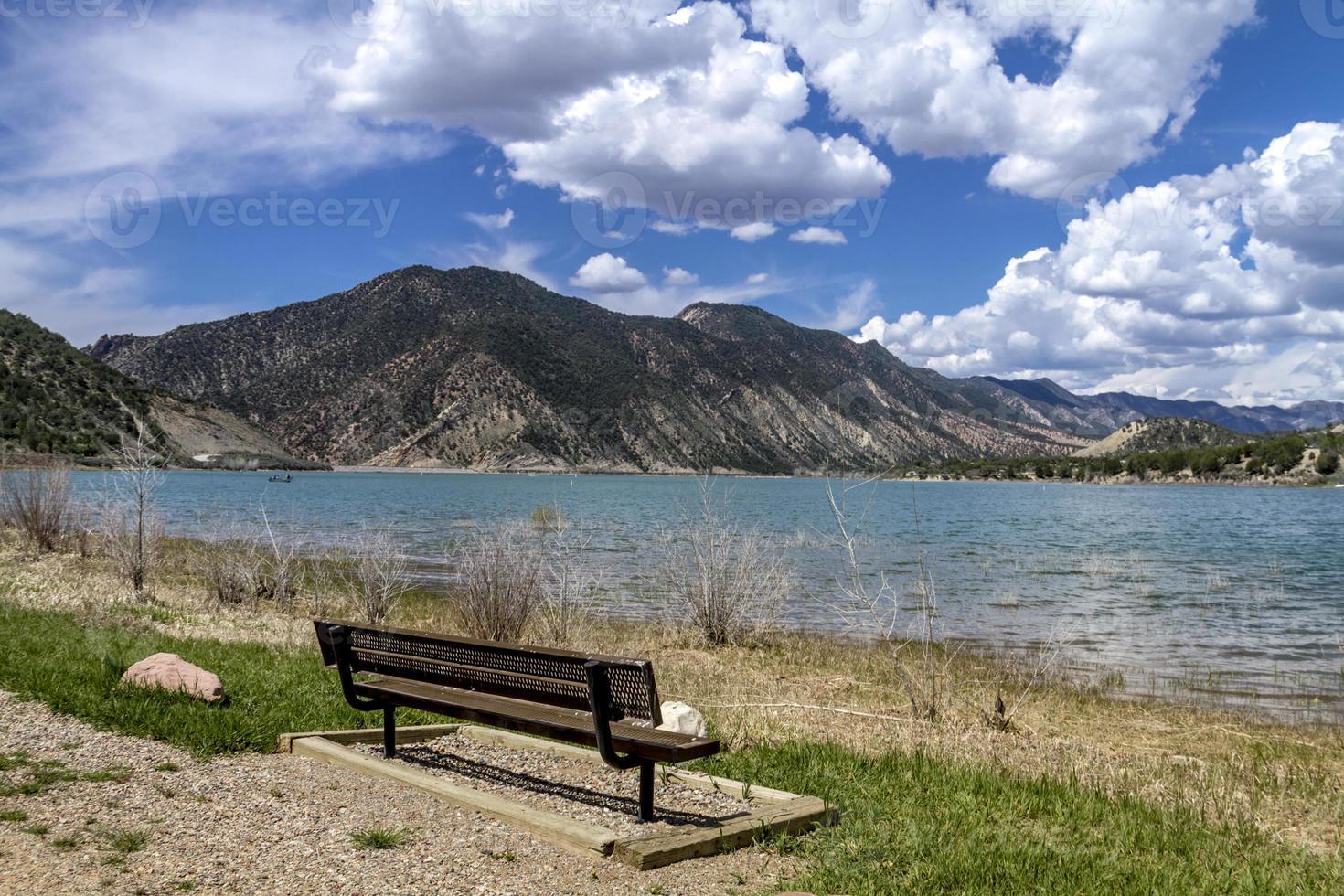 picknickområde och bänk vid sjön foto