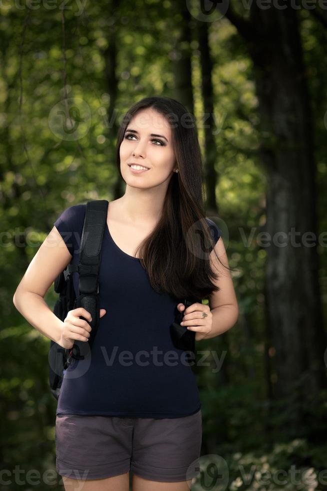glad vandring tjej med resor ryggsäck foto