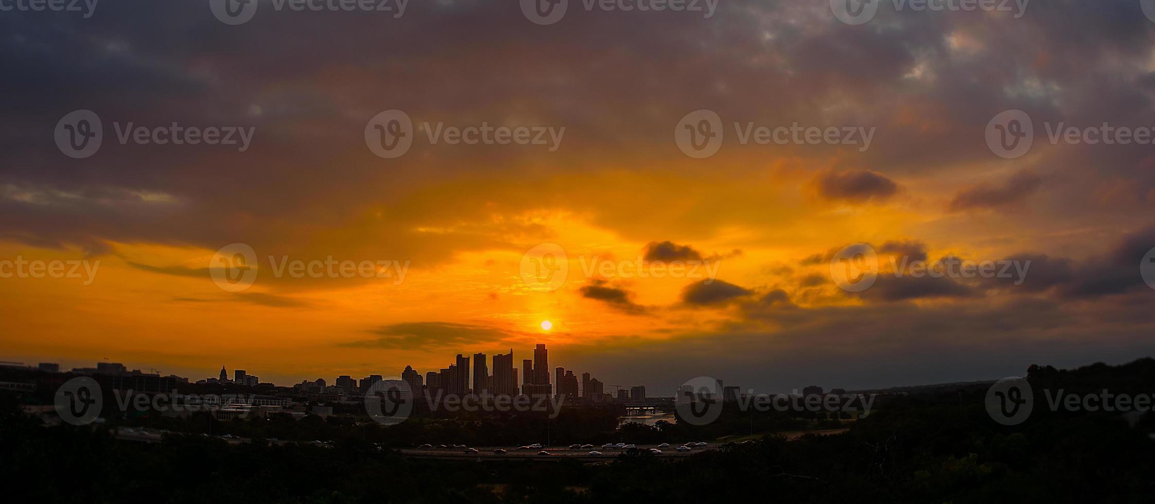 vidvinkel panormisk soluppgångssol över austin texas stadsbild foto