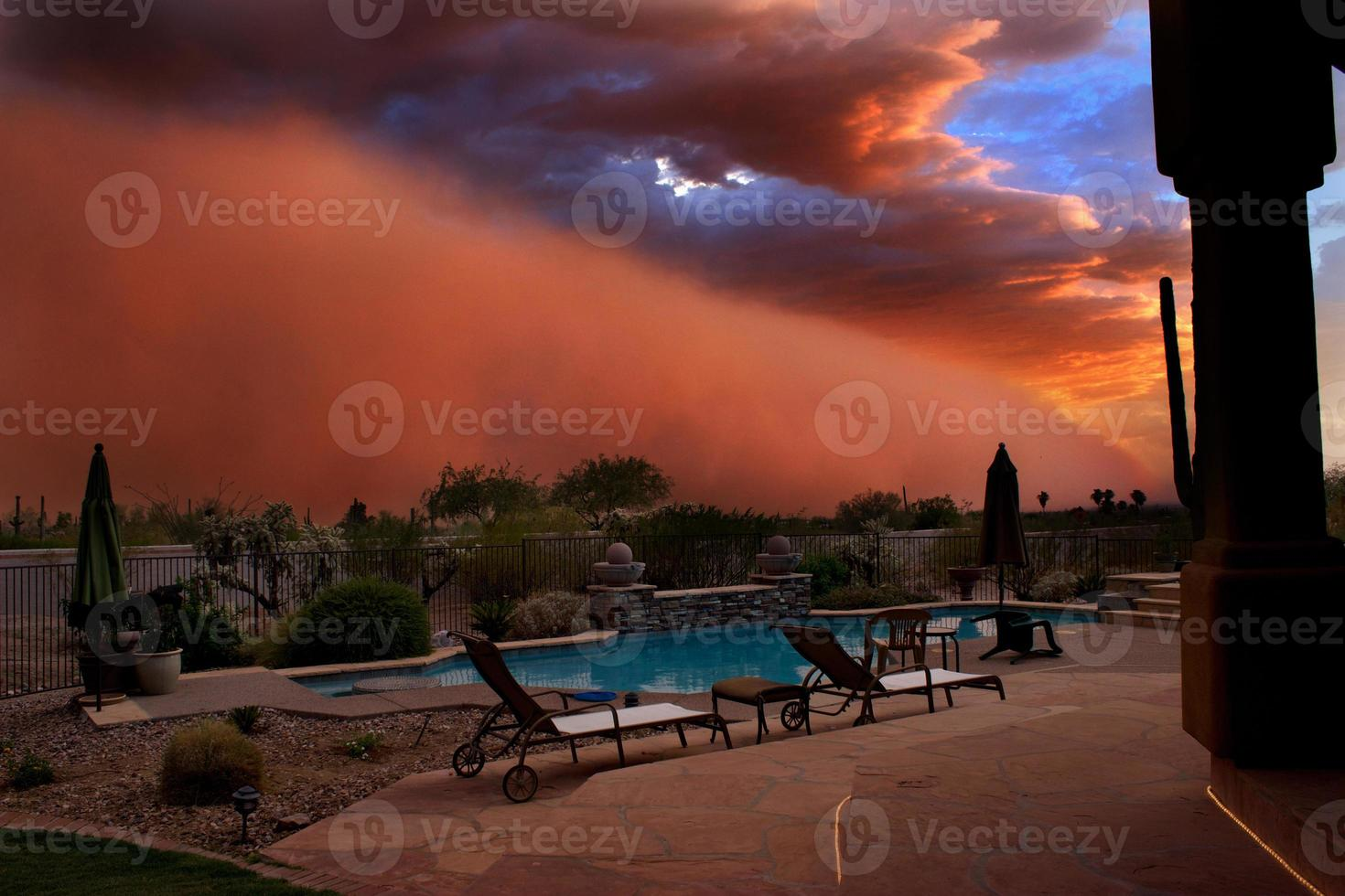 dammstorm vid solnedgången foto
