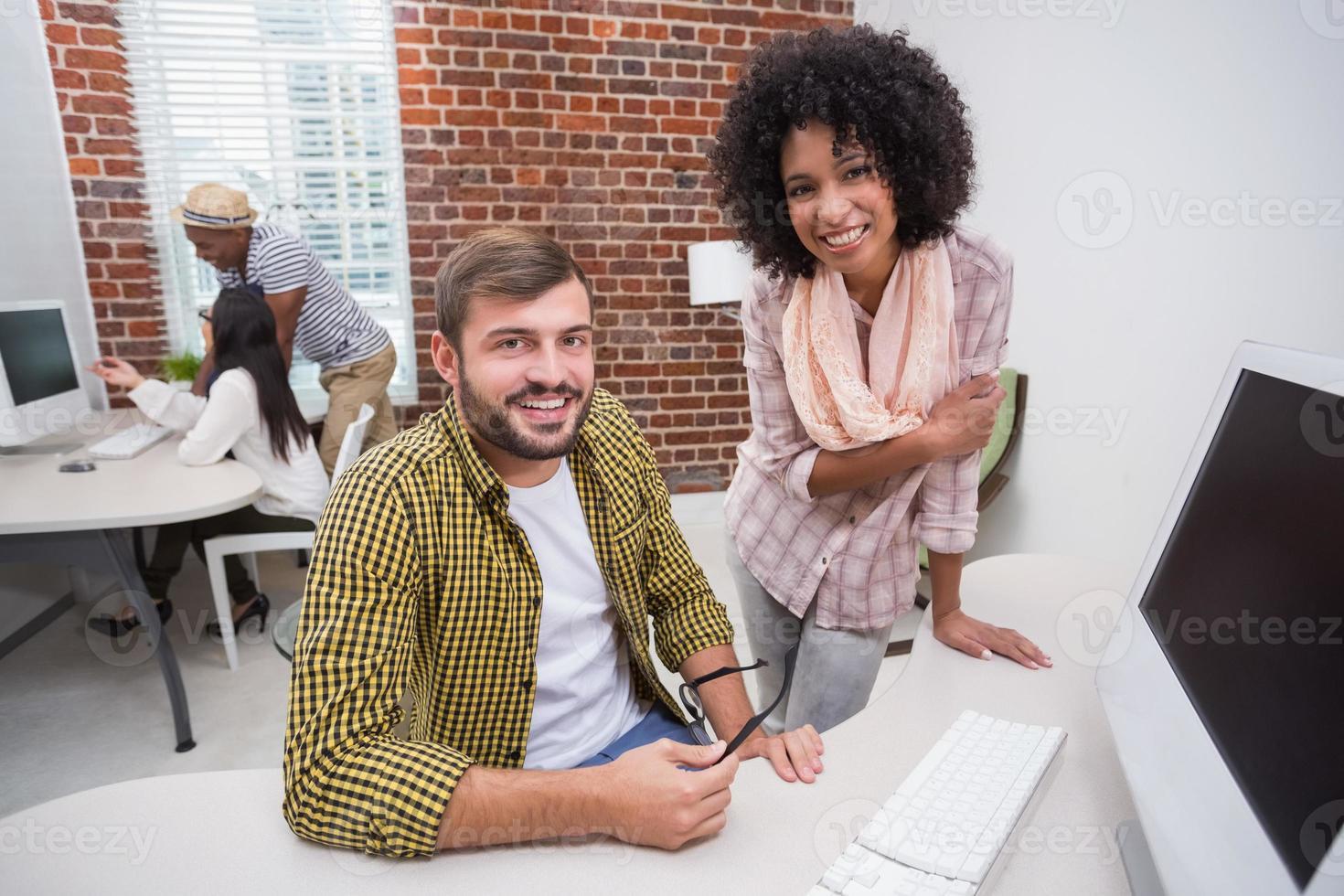 kreativa affärsmän som använder datorn foto