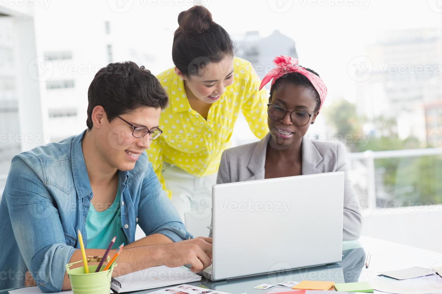 unga kreativa team som har ett möte foto
