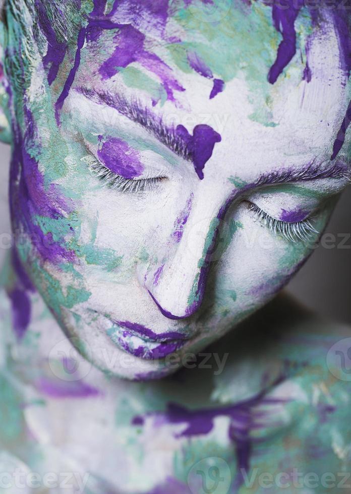 porträtt av ung flicka med kreativt smink foto