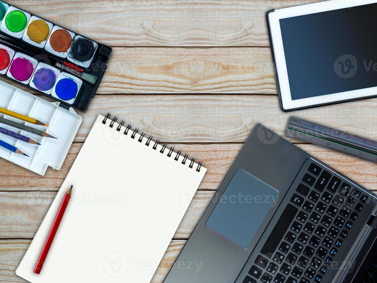 bärbar dator, surfplatta, skissbok, vattenfärg / kreativ kontorsutrustning koncept foto