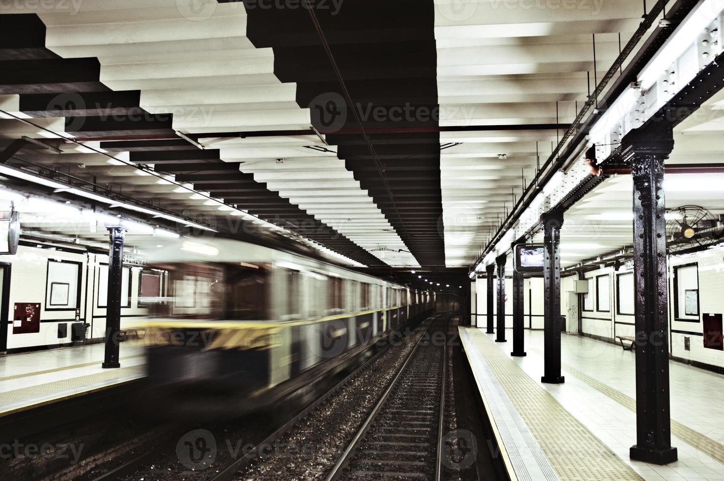 tunnelbanestation och rörligt tåg foto
