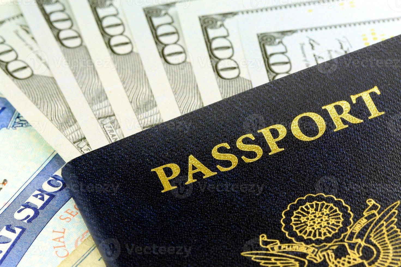 resedokument - USA-pass med amerikansk valuta foto