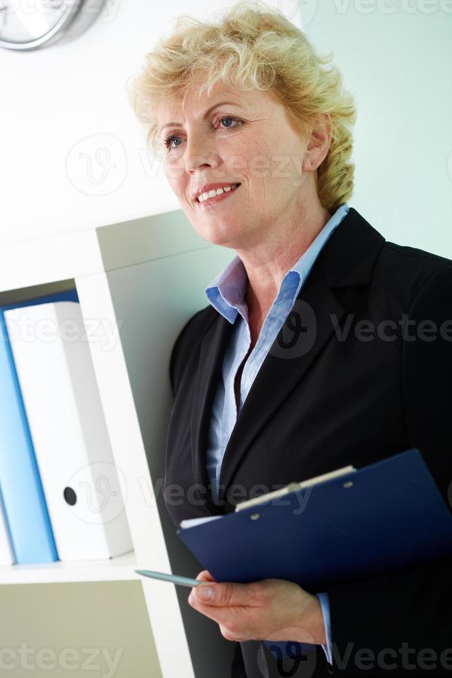 kvinna med dokument foto