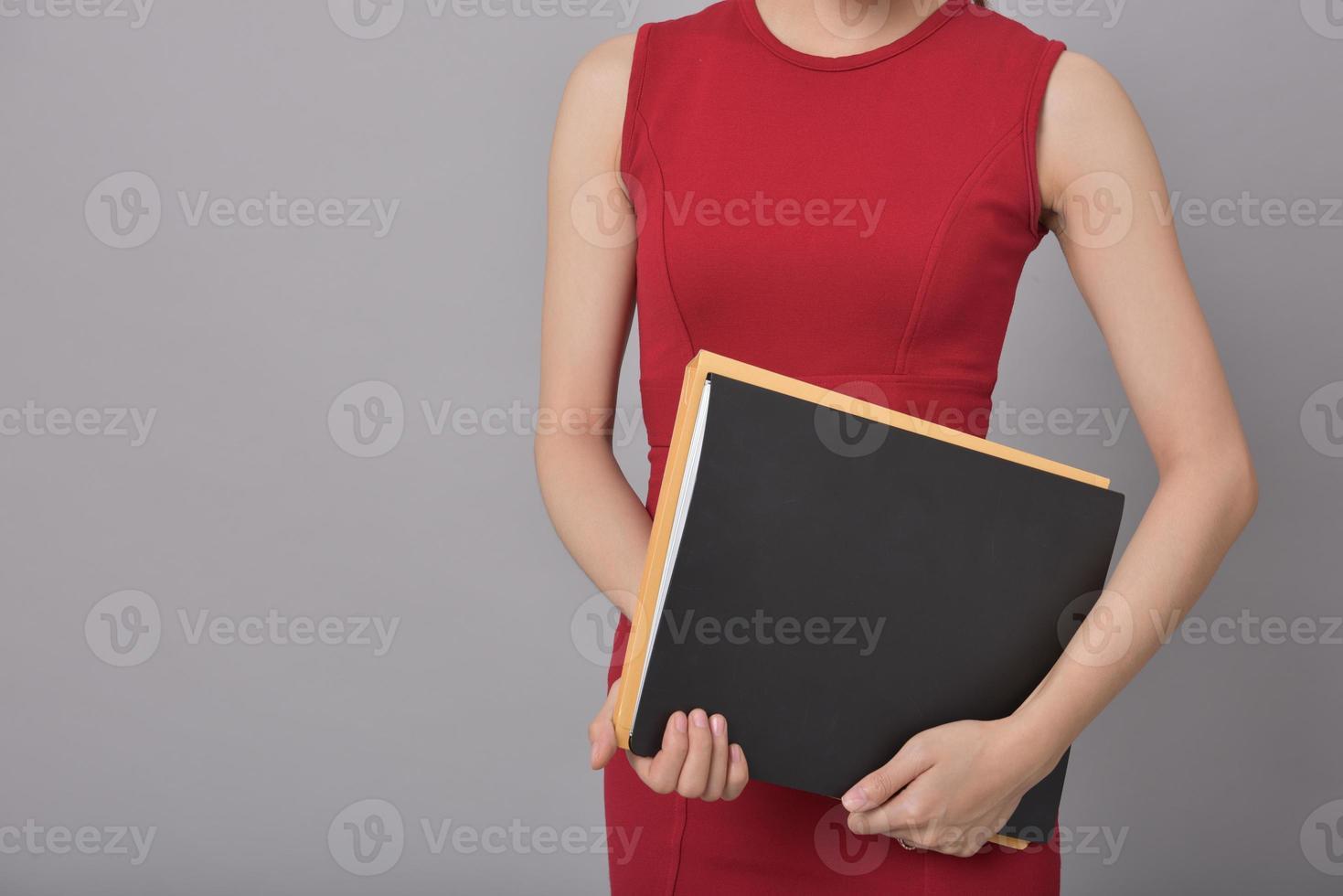 affärskvinna som innehar dokument foto