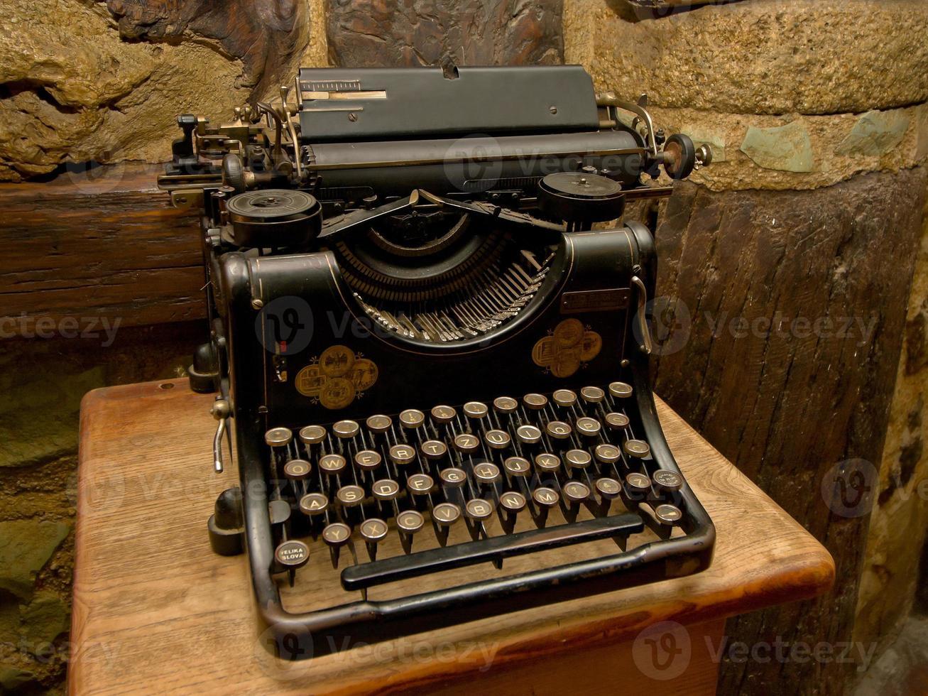 gammal svart skrivmaskin foto