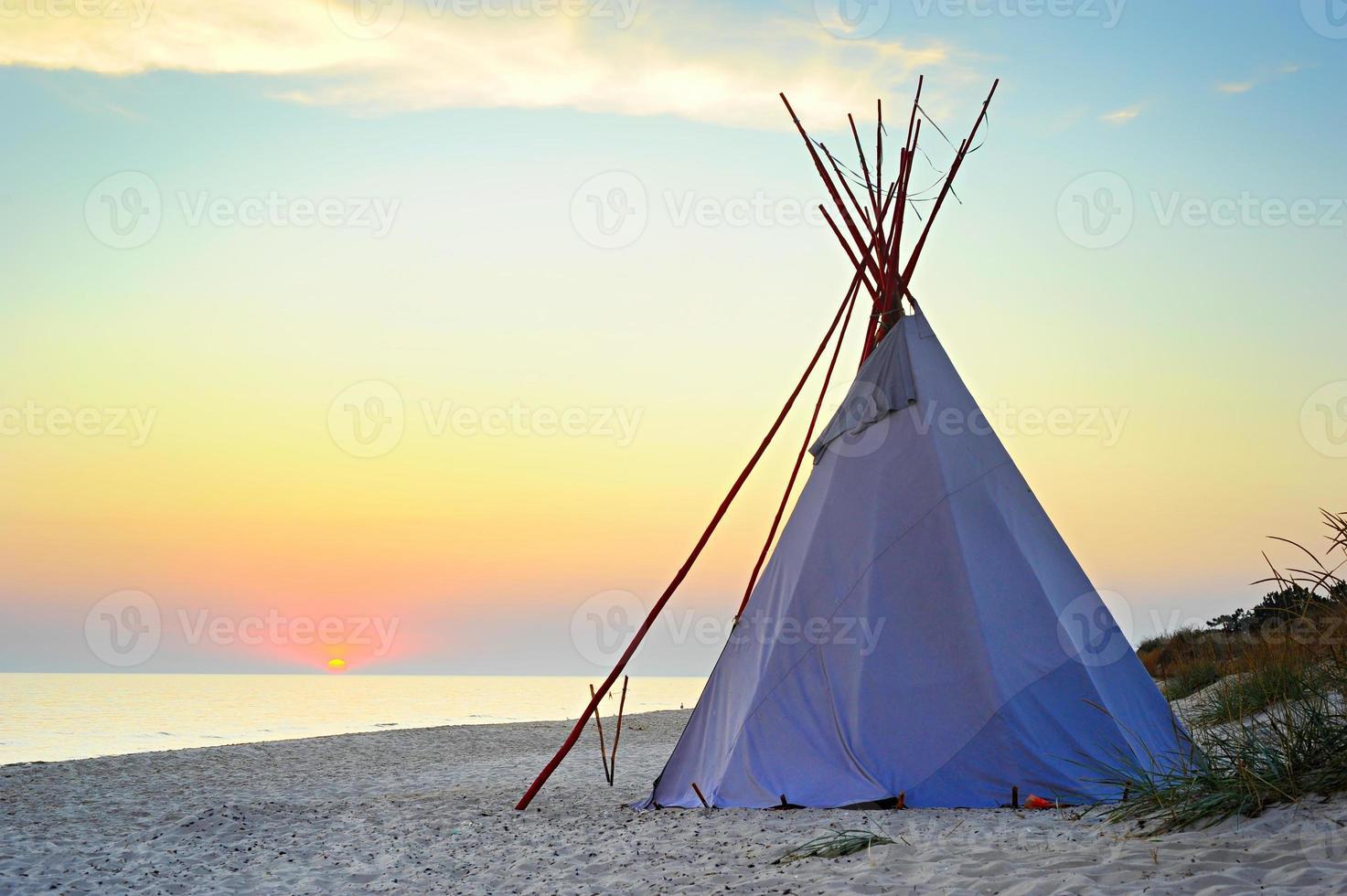 teepee på stranden foto