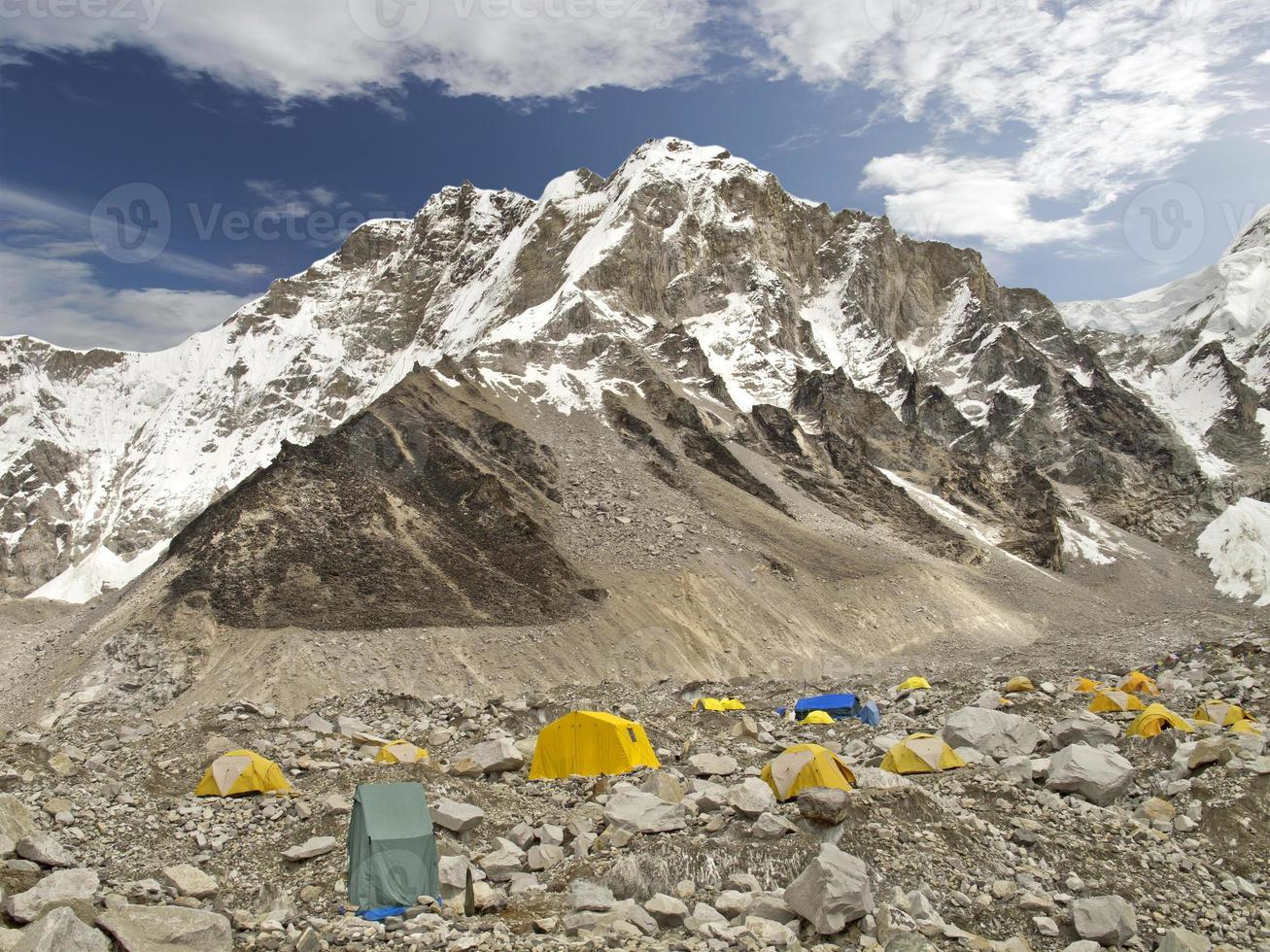 tält i Everest basläger, molnig dag. foto