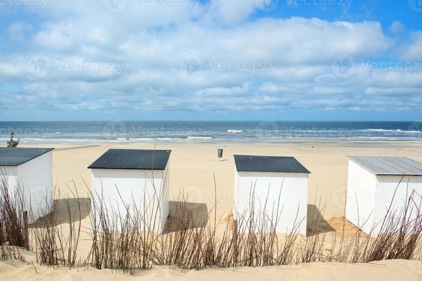 blå strandkojor på texel foto