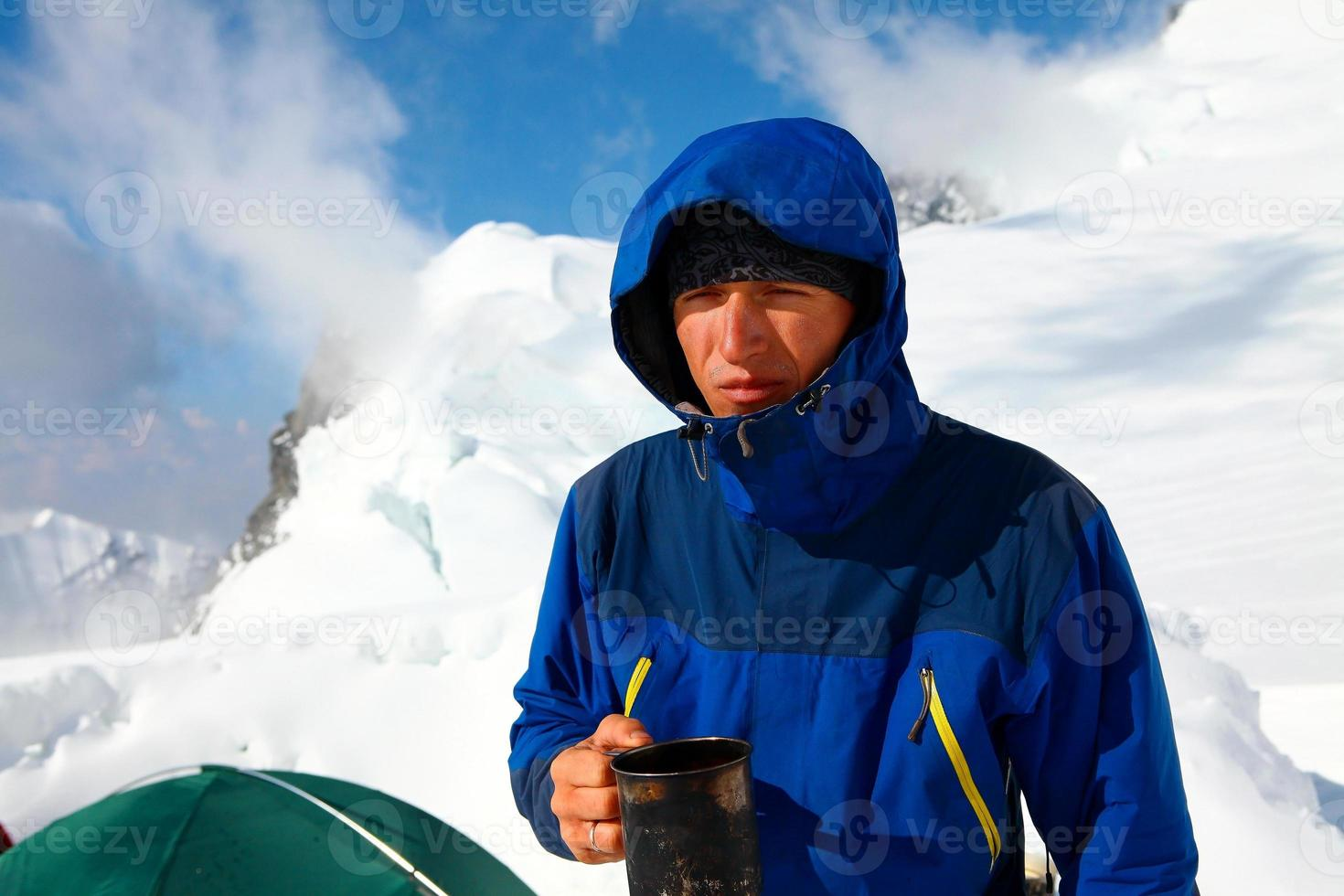 vandrare dricker kaffe eller te foto