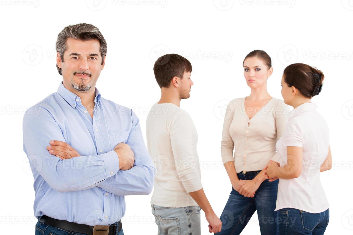säker affärsman med kollegor som diskuterar foto