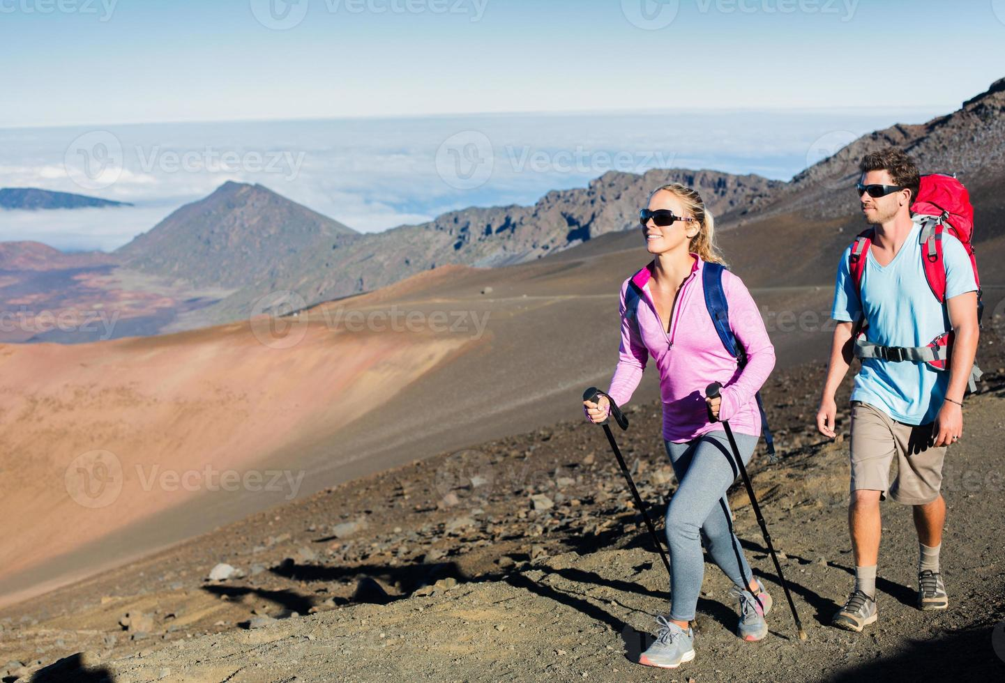 man och kvinna vandrar på vackra bergsspår foto