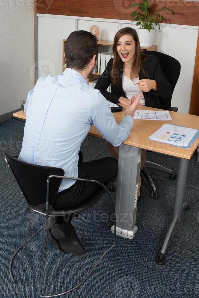 två kollegor som diskuterar idéer eller projekt vid mötet foto