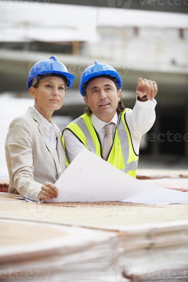 arkitekter som diskuterar planer på platsen foto