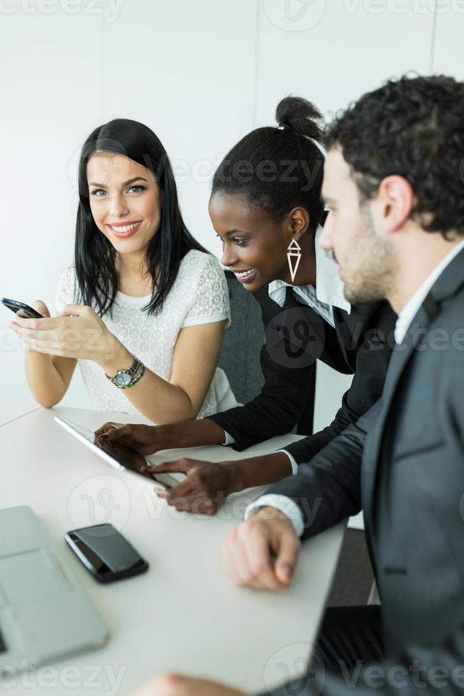 kollegor brainstormar vid ett skrivbord på kontoret foto