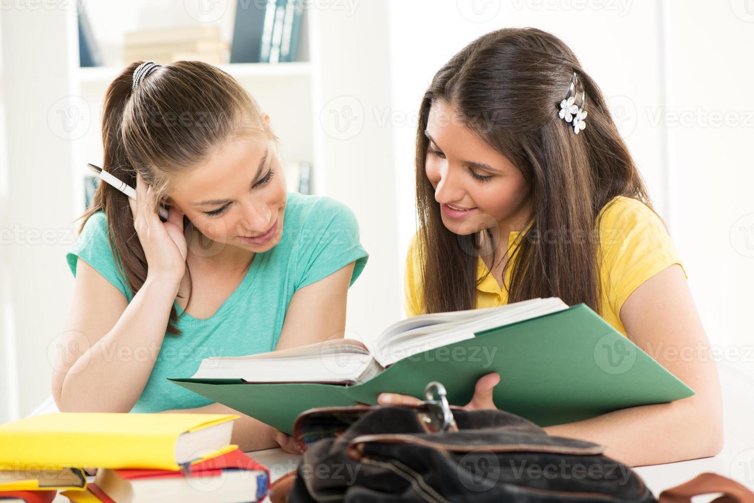 två kvinnliga studenter foto