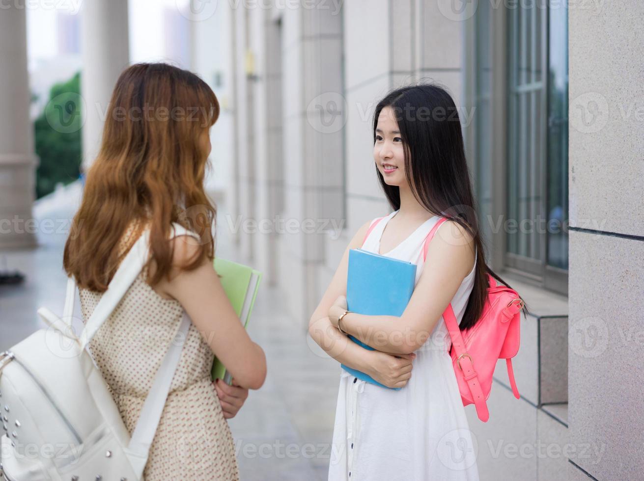 asiatiska kvinnliga högskolestudenter foto