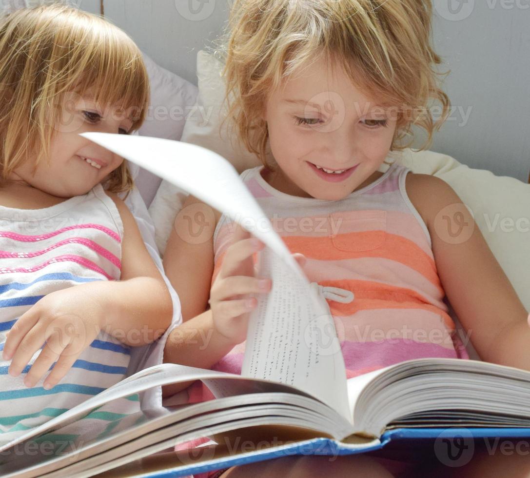 läser tillsammans foto