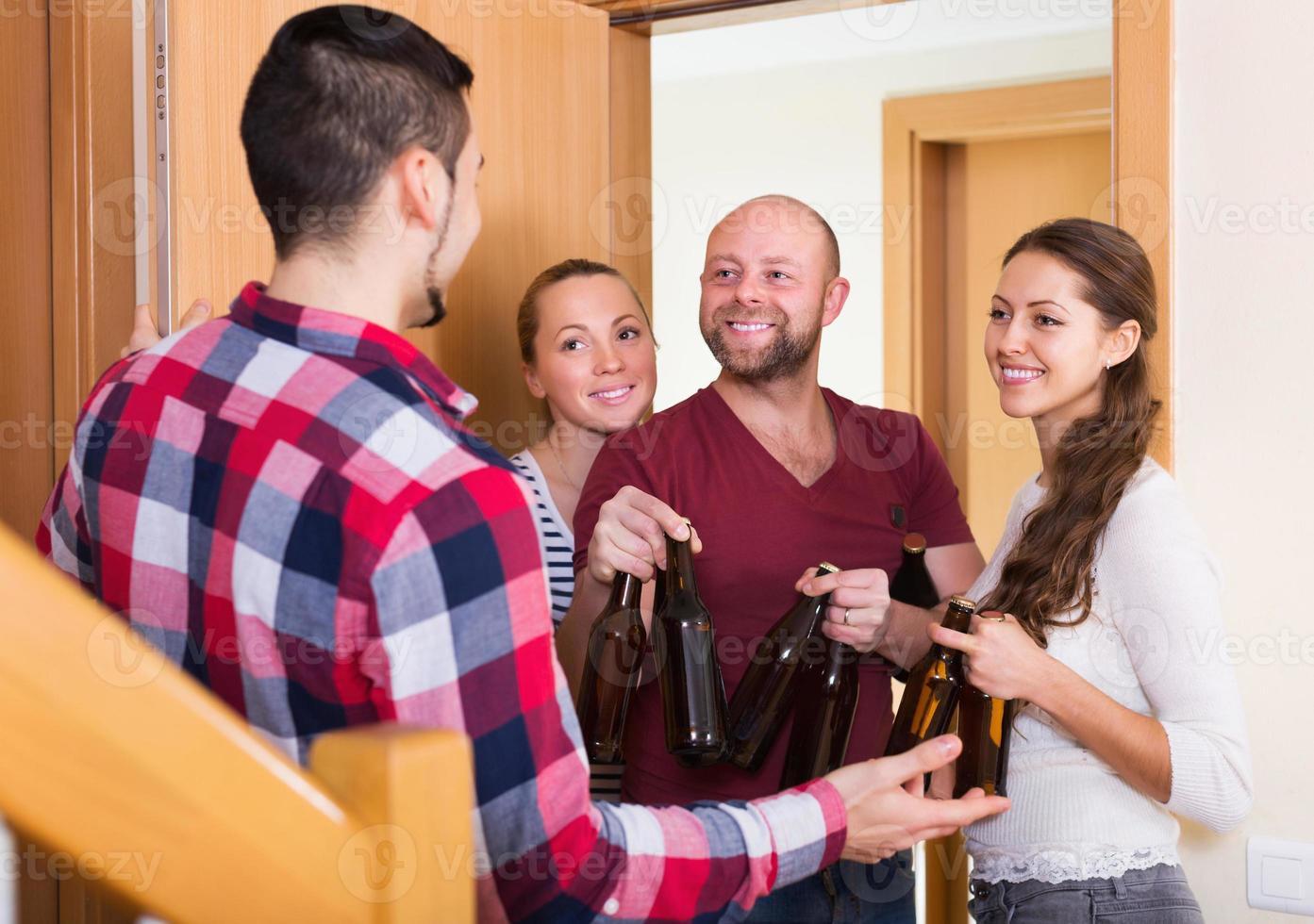 vänner samlas på fest foto