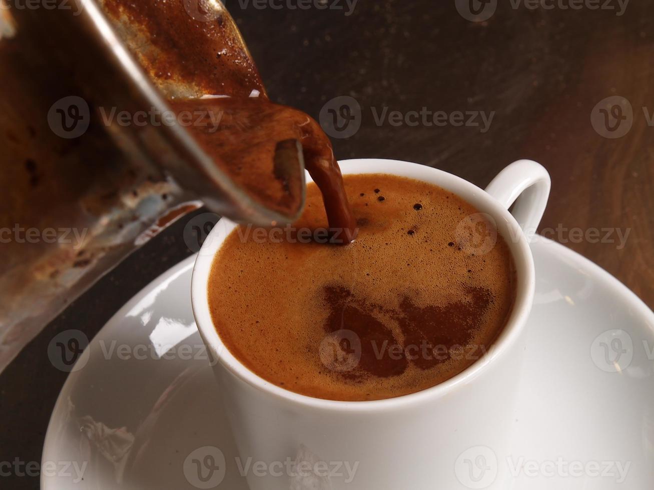 en kopp turkiskt kaffe på en tallrik foto