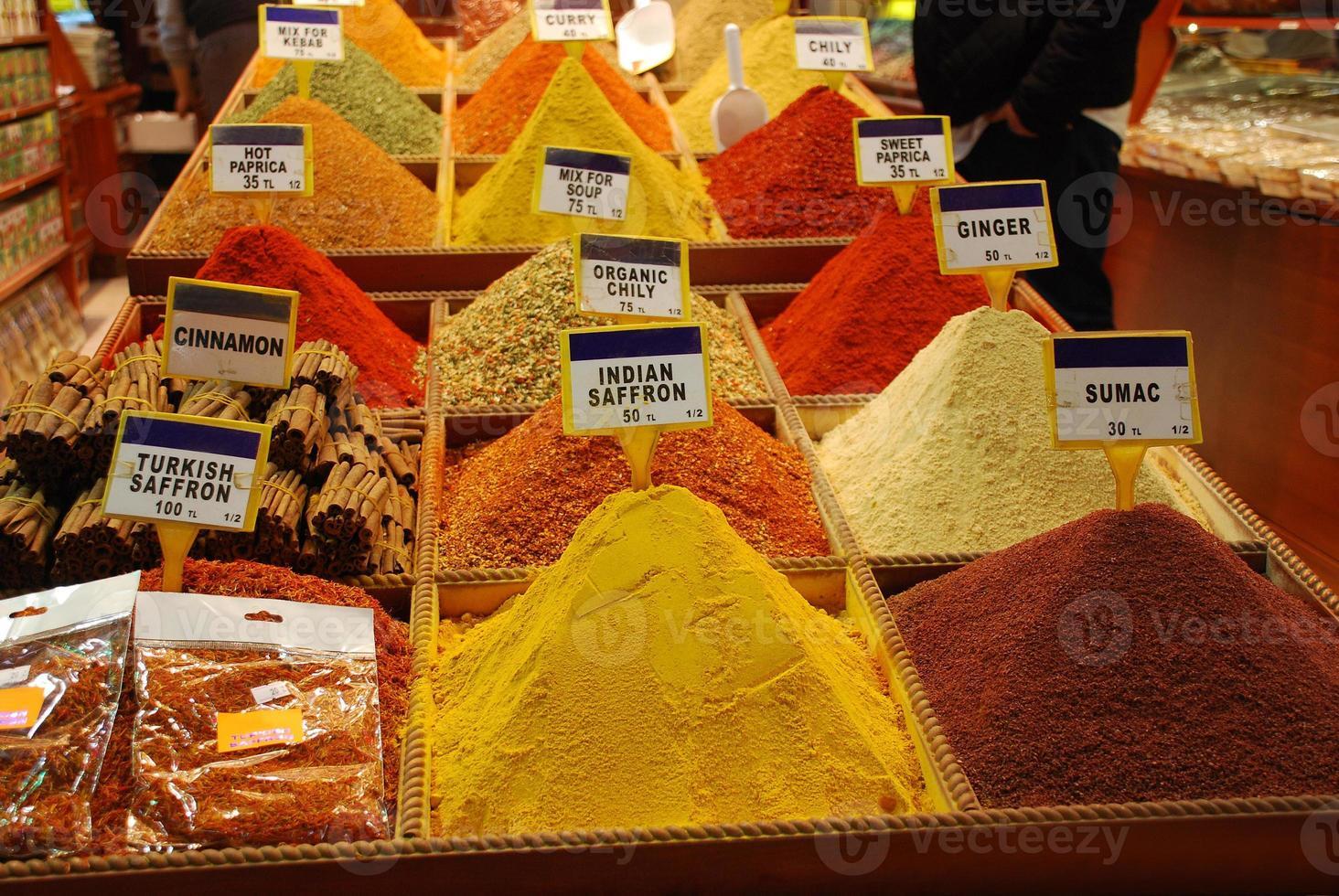 högar av kryddor foto