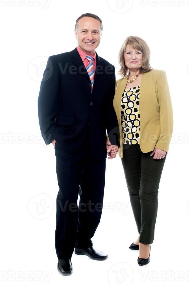 äldre par poserar tillsammans foto