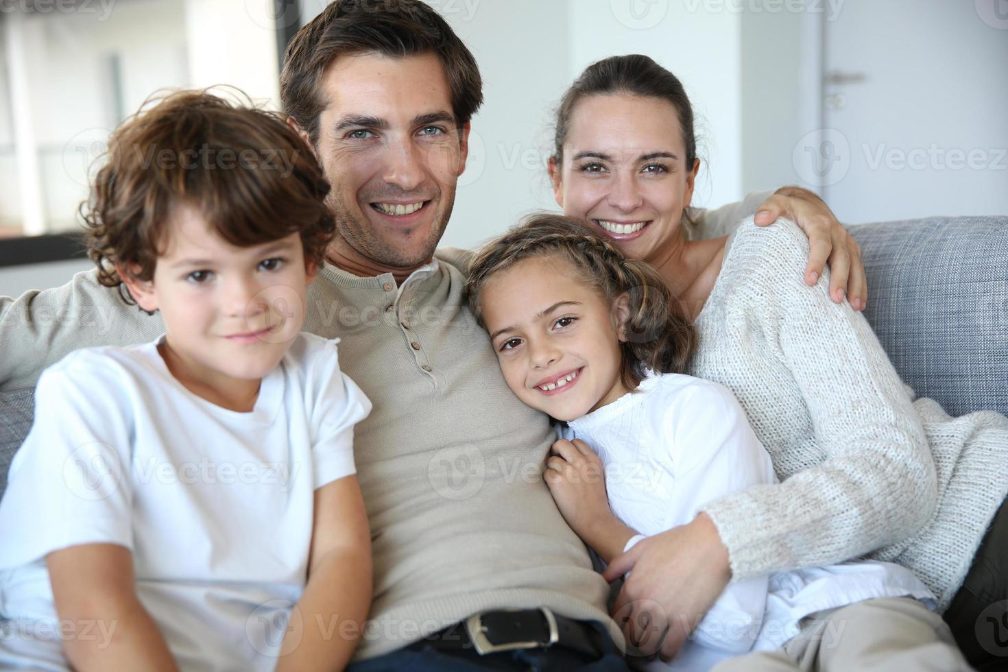 glad familjeporträtt foto