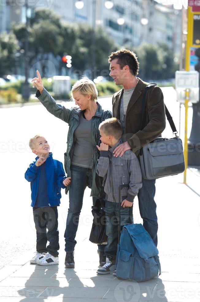 familjen väntar på bussen foto