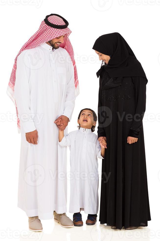 ung islamisk familj på vitt foto