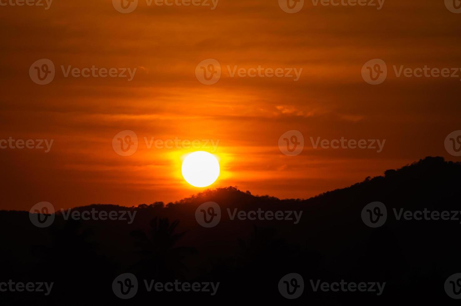 solnedgång och berg foto