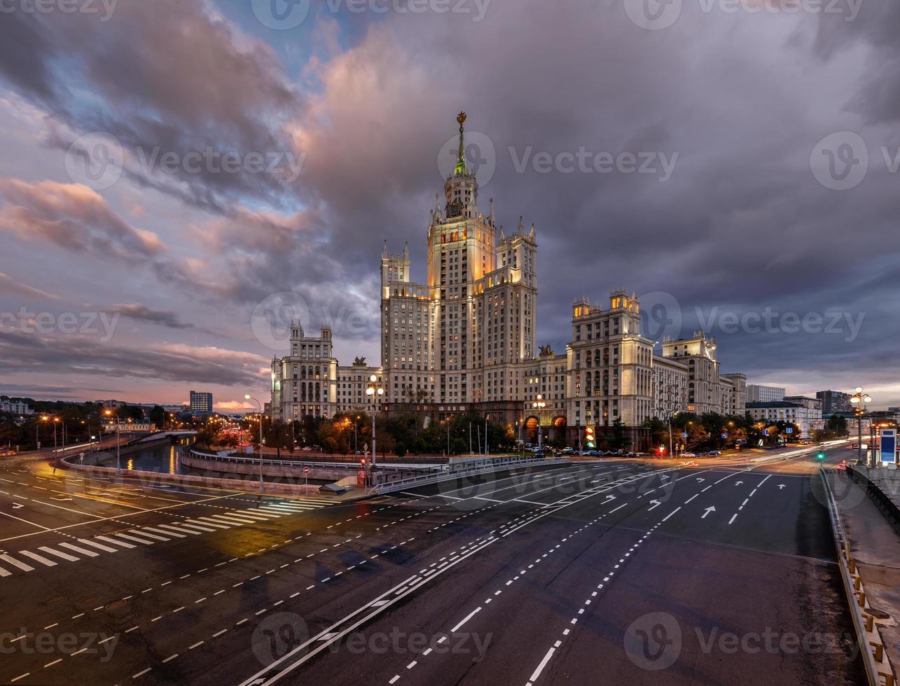 stalin skyskrapa på kotelnicheskaya invallning i Moskva foto
