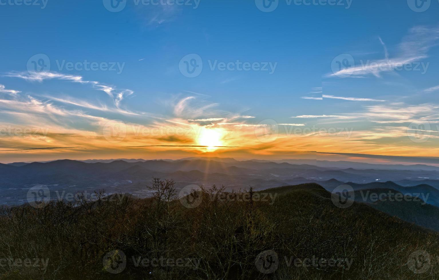 bergsolnedgång hdr foto