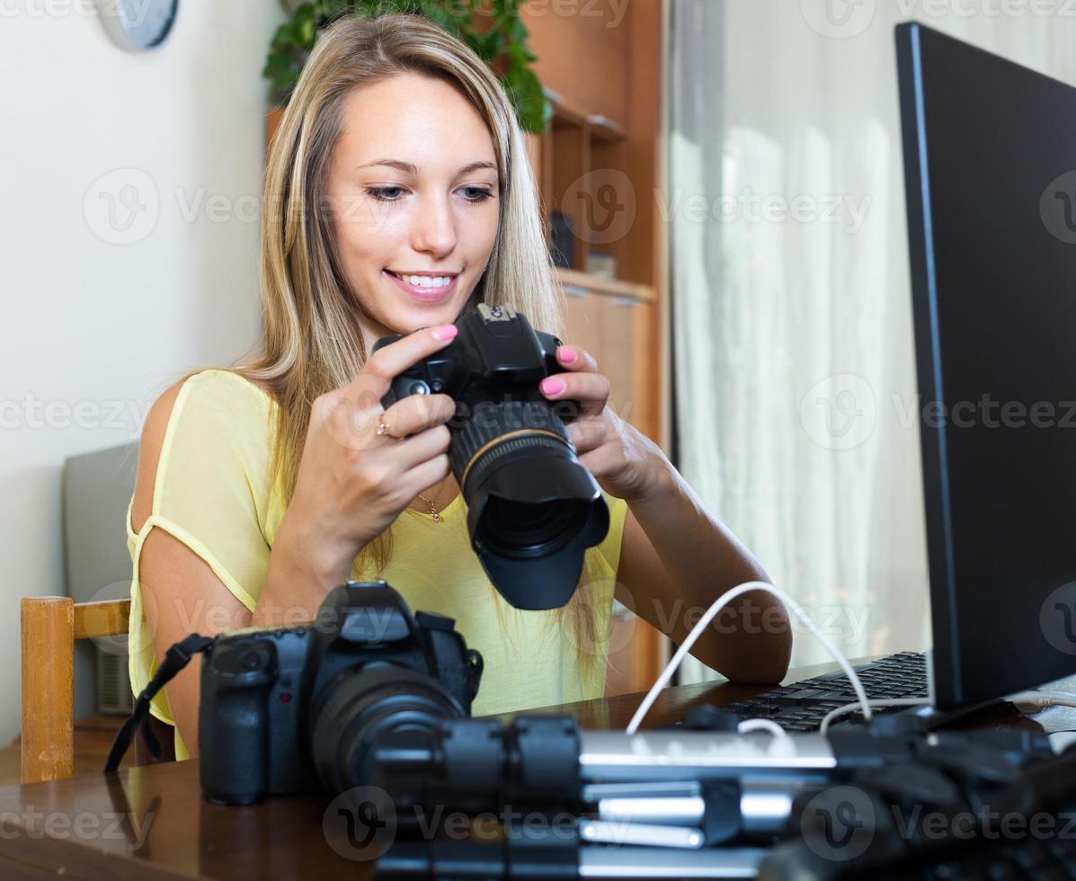 kvinnlig fotograf framför bärbar dator foto