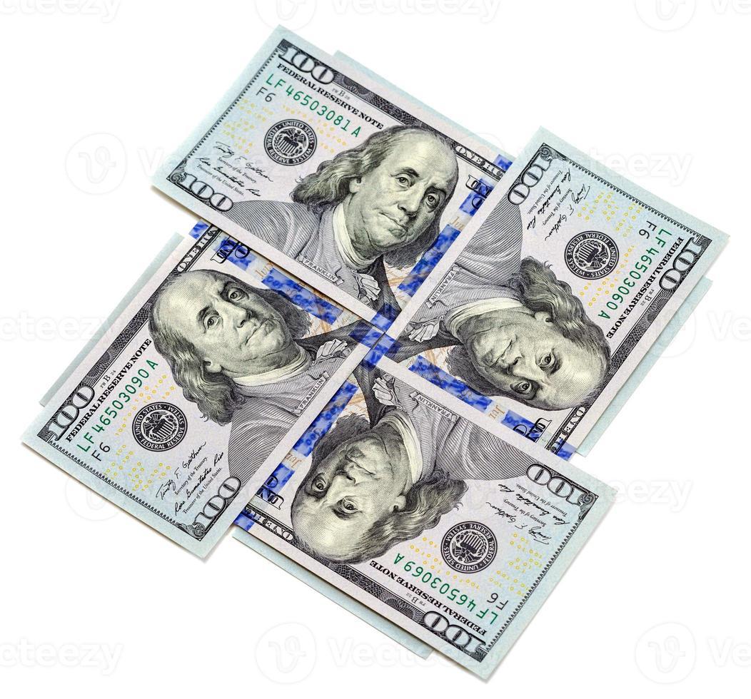 fyra hundra dollar räkningar isolerad på vit bakgrund foto