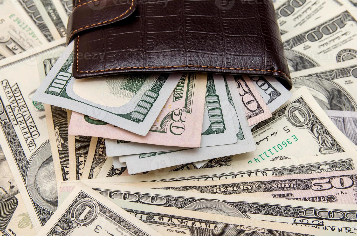 plånbok med pengar som bakgrund foto